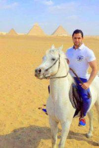Hombre a caballo con las pirámides de Egipto de fondo, reportaje de MICINEXIN